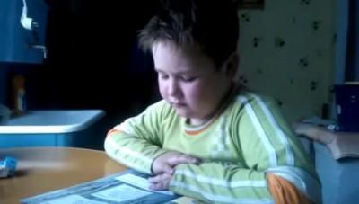 мальчик учит стихъ