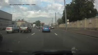 Водитель Джипа открыл стрельбу из своего автомобиля в СПБ.