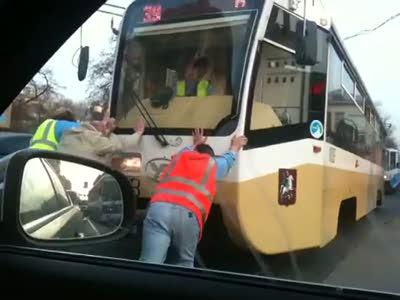 Завели трамвай с толкача