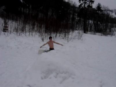 Полуголый сноубордист