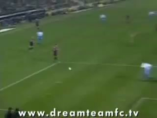 Голая девушка выбежала на поле и забила потрясающий гол
