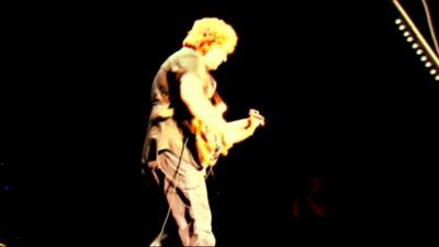 Басист из группы Joe Satriani виртуозно играет