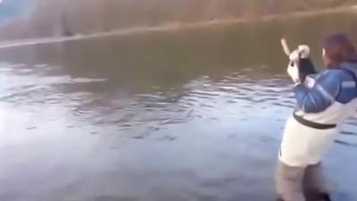 Взял жену на рыбалку сегодня вернулся с рыбой