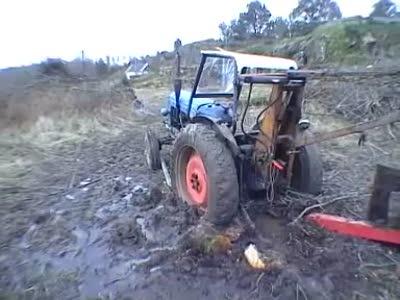 Как вытащить трактор из глубокой грязи