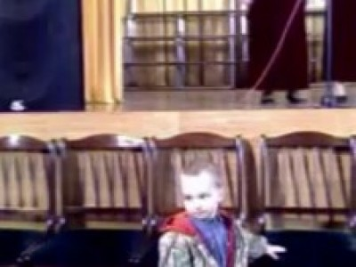 Забавный ребенок перед сценой. Аmusing child before a scene.