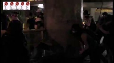 Протестующие напали на полицейского ...