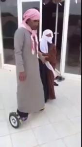 Араб учится кататься на ховерборде