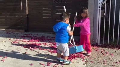 Дети помогают делать уборку
