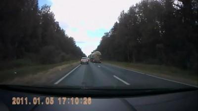 Дальнобойщик чуть не устроил аварию