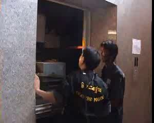 2 . Лифт даёт сбой ...китайский отель