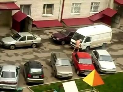 наркоман прыгает по машинам