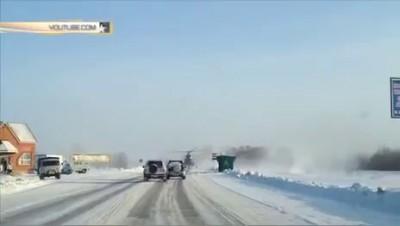 Вертолет вместо такси: Ми-8 подобрал попутчика на трассе на Алтае