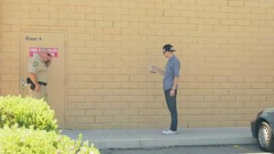 Уличный маг пытается продать копу марихуану