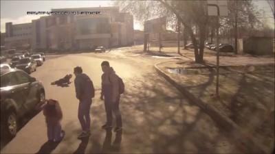 Кроссовер в Рязани сбил двух подростков