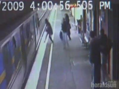 Коляска упала под поезд в метро