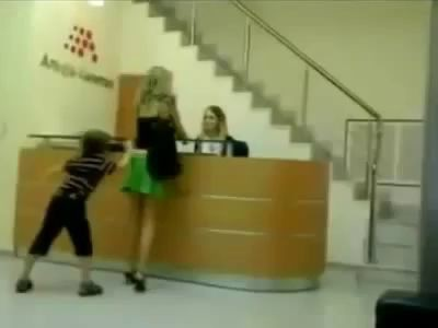 Ребенок сдернул юбку с мамы