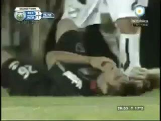 Аргентинский футболист наступил сопернику на лицо