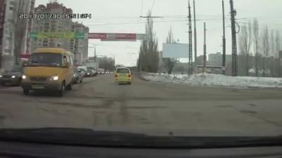 Водитель и пешеход бранятся на Голосова в Тольятти
