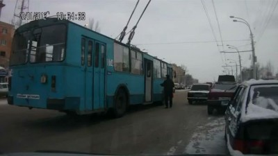 Троллейбус занесло. Таксиста подмяло