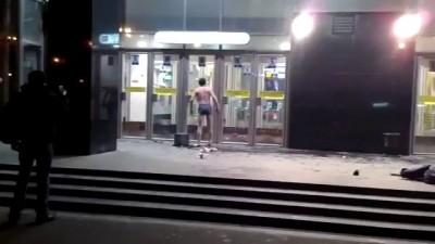 Борьба с дверью в метро.