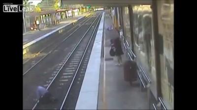 Студентка спасла жизнь пожилому мужчине который упал на рельсы
