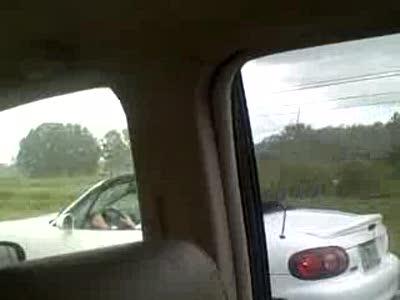 Блондинка в кабриолете под дождем