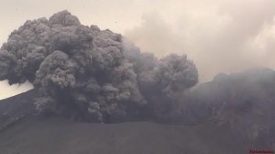 Мощная ударная волна при взрывном извержении вулкана Сакурадзима, Япония