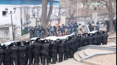 Противостояние противников украинской власти и милиции в центре Киева