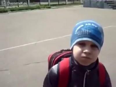 Мальчик разговаривает с закрытым ртом