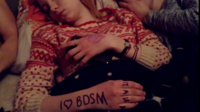 Разрисовали  спящую девочку