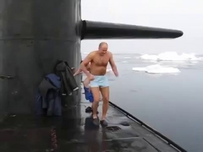 Russian Navy Officers Swim in Arctics, Close to North Pole