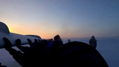 Пассажирам пришлось толкать ТУ-134, примерзший к площадке перед ВПП.
