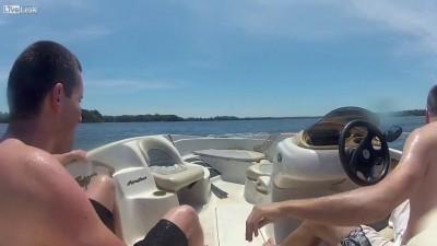 Не следует резко поворачивать руль лодки ...