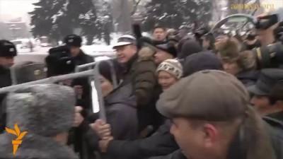 Как разгоняют митинг в Казахстане