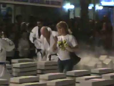 Каратист разбивает гору кирпичей