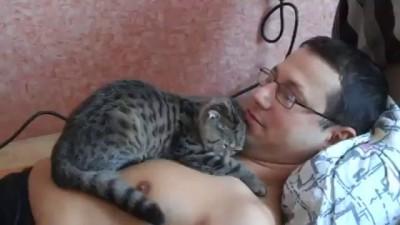 Кися очень любит своего хозяина