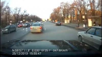Авария в центре Петербурга. Открылся капот