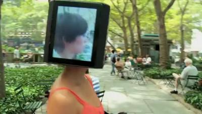 Девушка с айпадами на голове