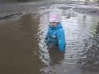 ребенок в луже (папа с ребенком на прогулке)...