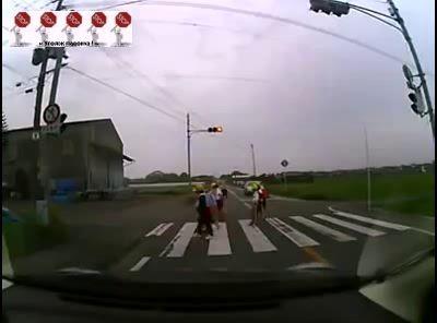 Культура японских детей переходя дорогу ...