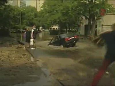 Женщина утопила автомобиль.