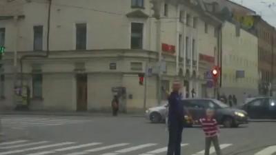 Смотри как папка может! Pedestrian pulled out a gun and shoots