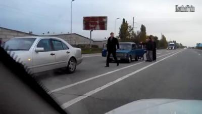 Битой побил машину.