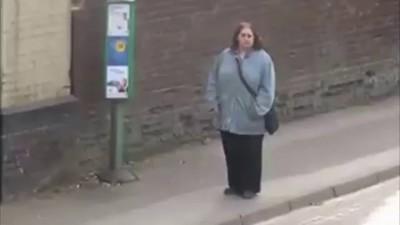 woman dancing at bus stop How To Dougie/ женщина танцует на остановке