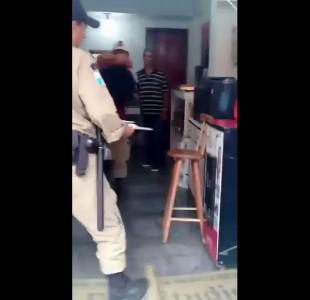 Негритянка с сисяндрами наружу против полиции