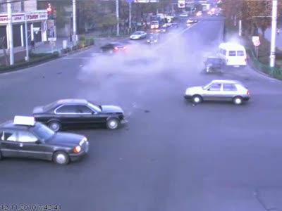 Лихач на BMW протаранил машины на перекрестке