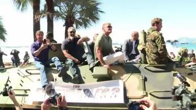 Звезды боевика «Неудержимые-3» въехали в Канны на БТРах