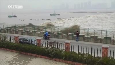 Приливная волна смыла 20 человек в Китае