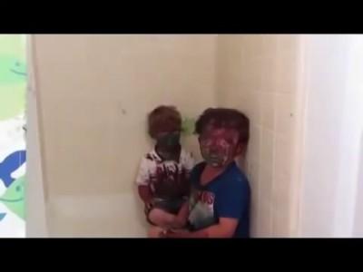 Два малыша с ног до головы измазались краской Реакция их отца бесподобна!