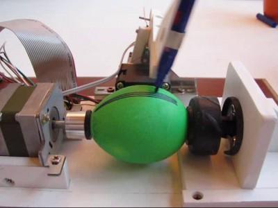 Робот красит яйца